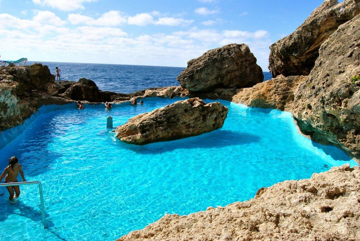 descubre una piscina natural entre rocas en la zona de