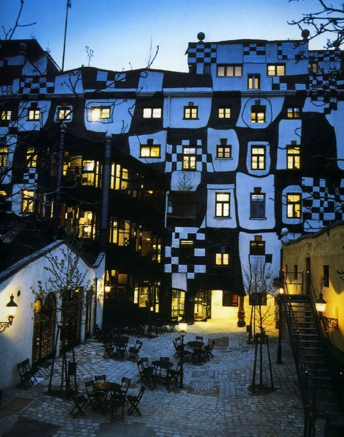 Check out this black white checkered house friedensreich for Architecture vienne