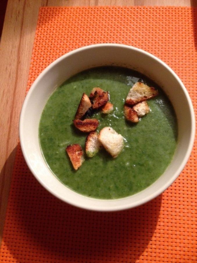 Suppe aus frischem Spinat mit Knoblauchcroutons