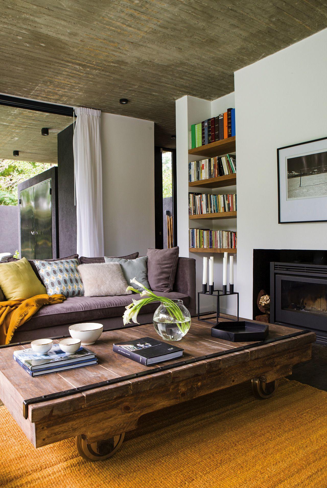 Una casa con ambientes abiertos y generosos almohadas de - Alfombras de madera ...
