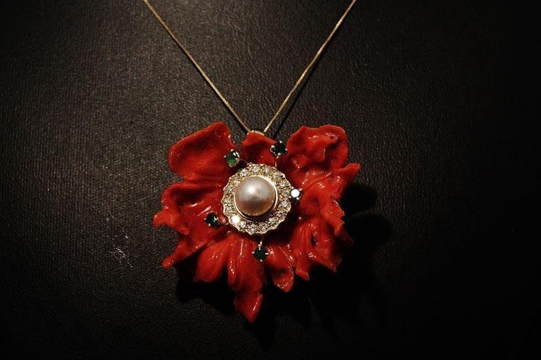 Fiore di corallo con dettagli in perla e preziosi