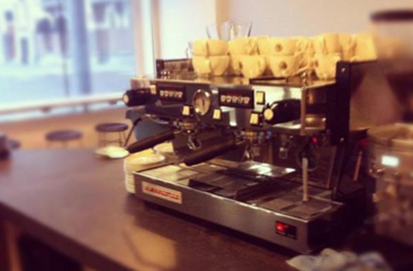 """""""Media november opent Valente Espresso de deuren van een nieuwe vestiging op de Hoogstraat."""" Valente Espresso ✮ Klik voor locatie en contactgegevens: http://tupalo.com/nl/rotterdam/valente-espresso"""