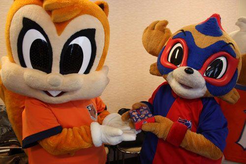 [ FUJI XEROX SUPER CUP 2012 ] 東京ドロンパがFC東京勝サンドをアルディにおすすめしています。丁度お昼時だったので、みんな目が輝いていました。これらのグルメが販売される明日のFUJI XEROX PARKですが、混雑時には入場制限がかかることもありますので、気になるグルメがある方はお早めに!