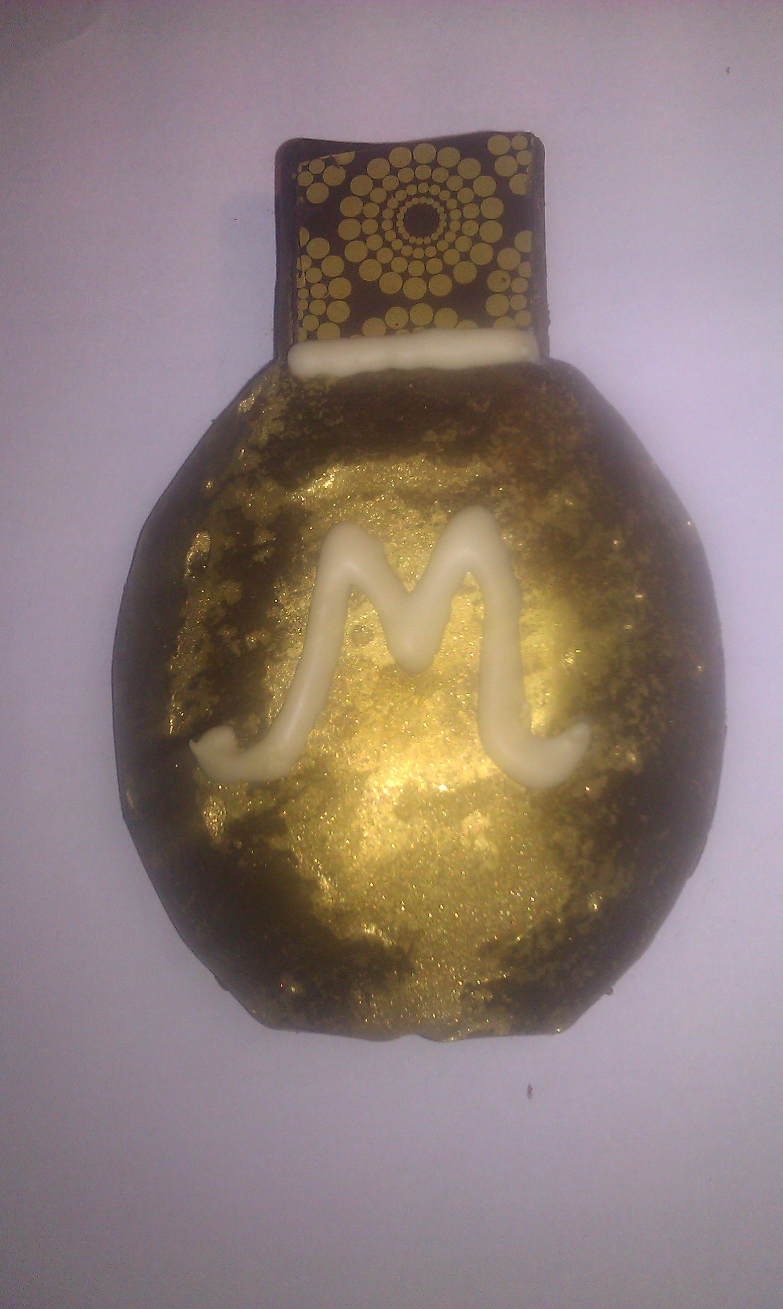 Parfumflesje van chocolade, gevuld met kaneelganache en fudgestukjes (cadeautje voor moederdag)