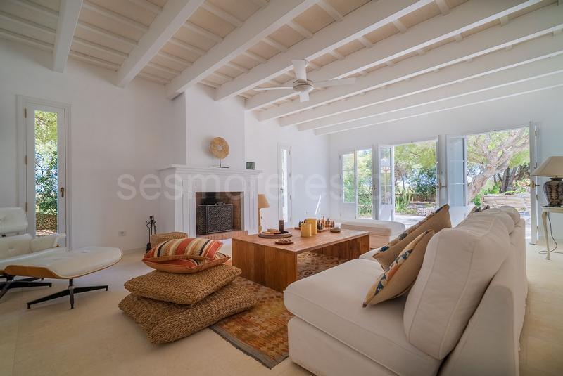 Interior De Casa De Campo Con Chimenea En Menorca Casas De Campo Interiores Interiores De Casa Decoraciones De Casa