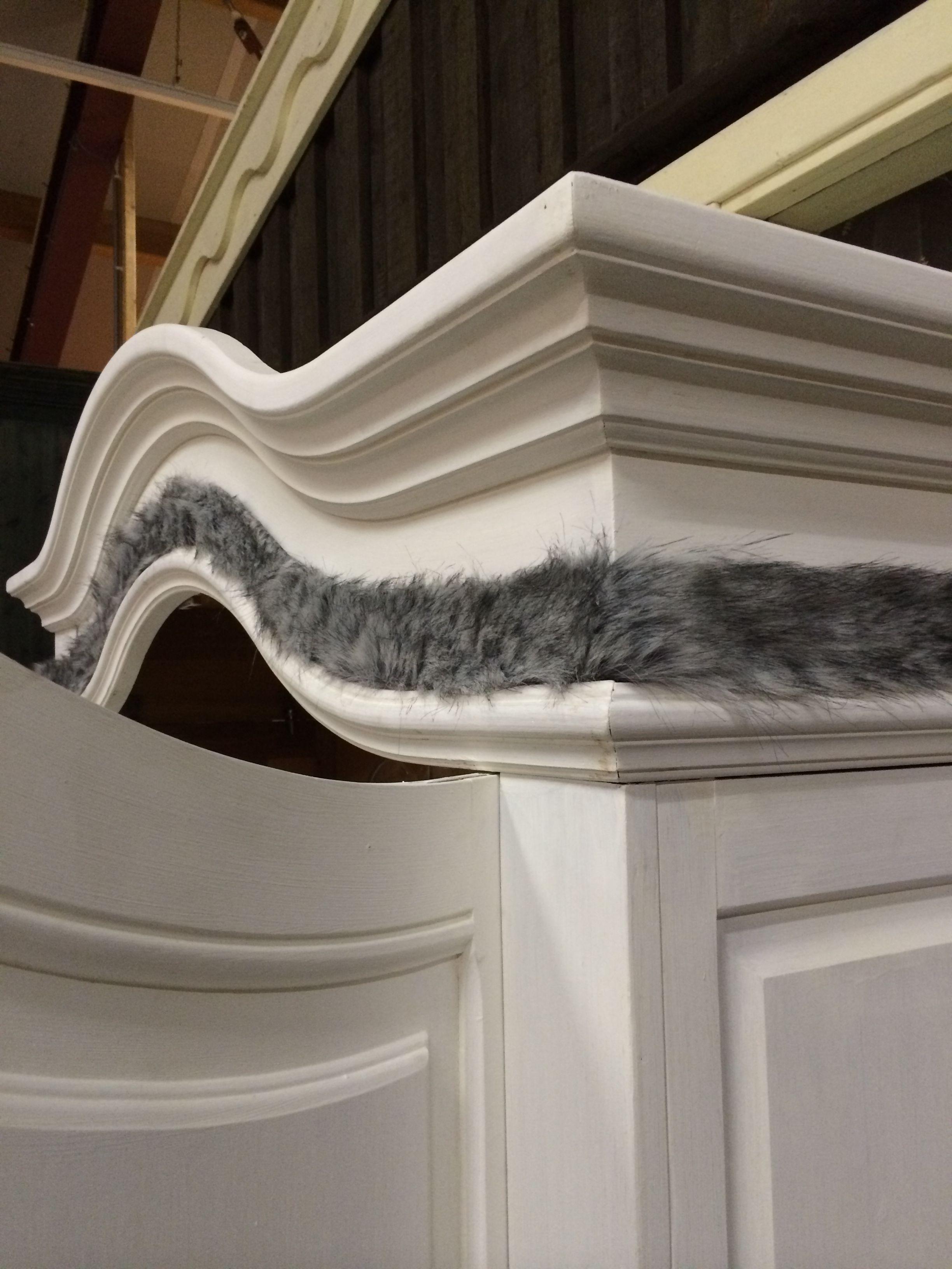 Unieke krijtverf meubelen. 2 deurs linnenkast. Krijtwit met grijs bont langs de boog.