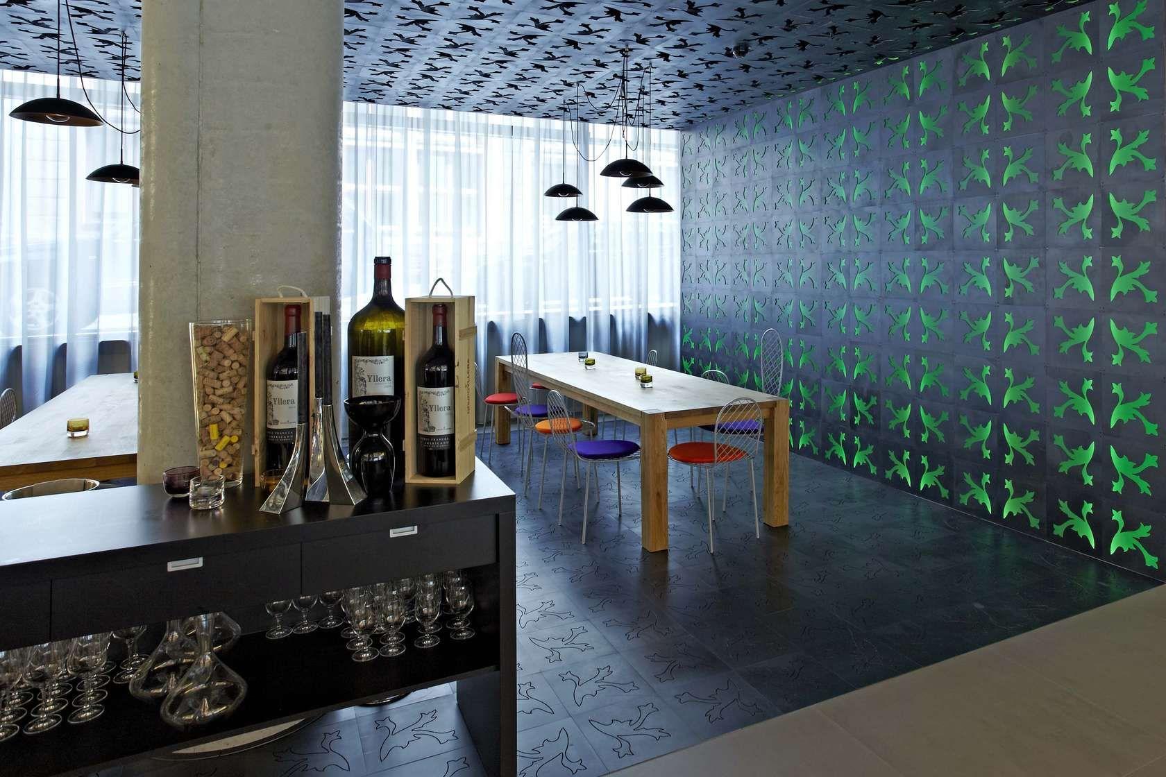 Trends der Mailänder Möbelmesse 2012 hautnah erleben! Seit der Eröffnung im März 2012 ist Hamburg um ein Design Stadthotel reicher. Das 4 Sterne-Hotel der Ho...