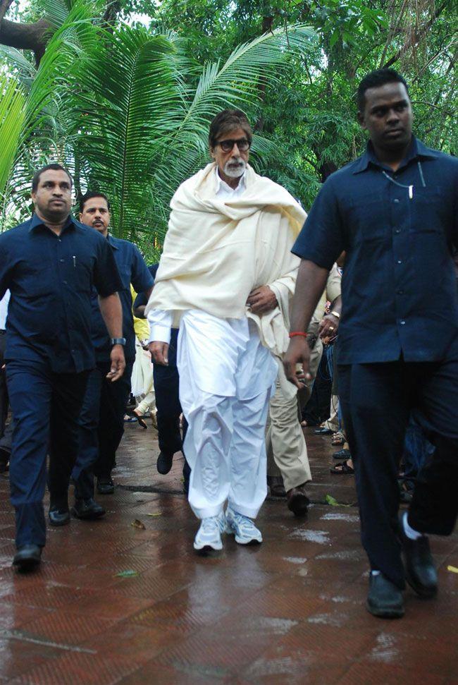 Amitabh Bachchan @ Veteran Actor Pran Cremation Ceremony