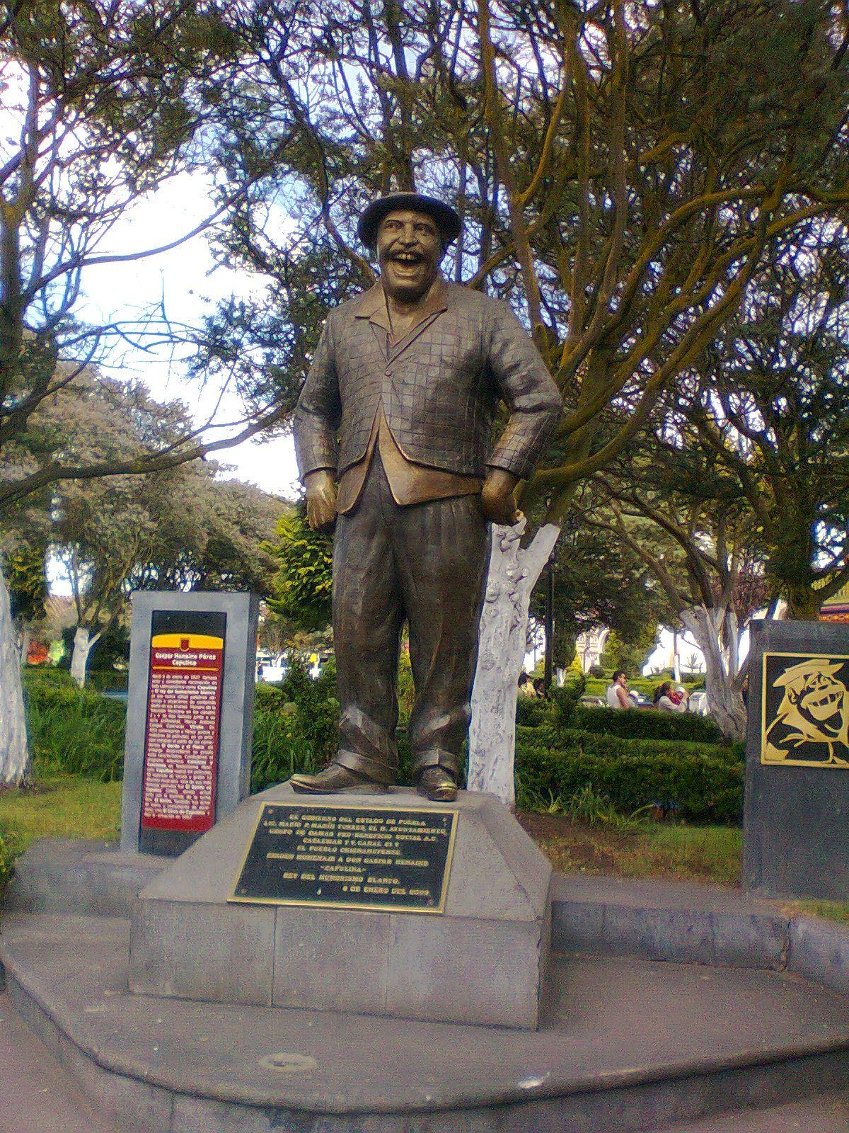 """Estatua de """"Capulina"""" famoso actor cómico mexicano nacido en este pueblo."""