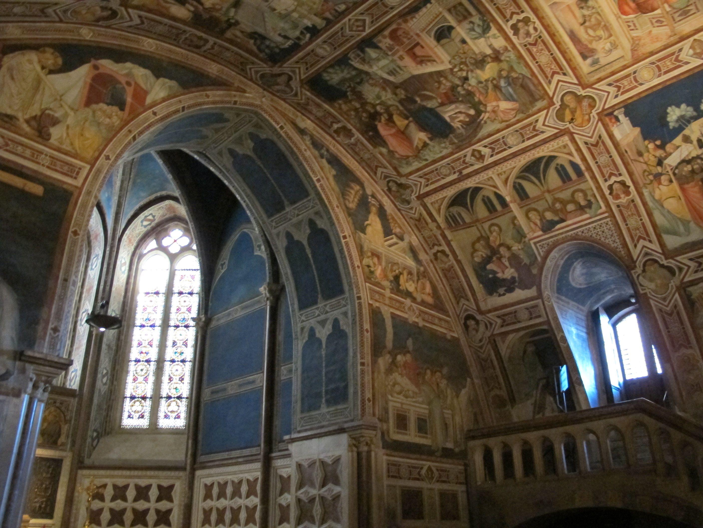 Transetto sinistro della Basilica inferiore di Assisi, che ospita un importante ciclo di affreschi con Storie della Passione di Cristo di Pietro Lorenzetti (1310-1319 ca.)