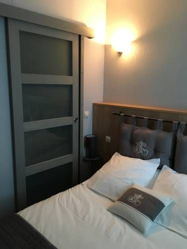 La Grange Chassignolles Featuring free WiFi, La Grange offers pet-friendly accommodation in Chassignolles, 35 km from Châteauroux. Guests can enjoy the on-site bar. Free private parking is available on site.  A flat-screen TV is featured.