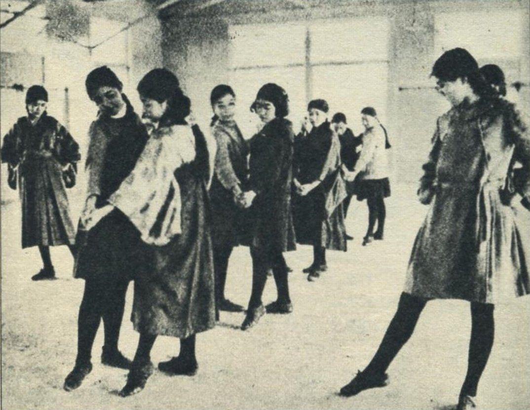 大正時代の女学生。1925年(大正14年)の東京女学館、ダンスの授業の ...