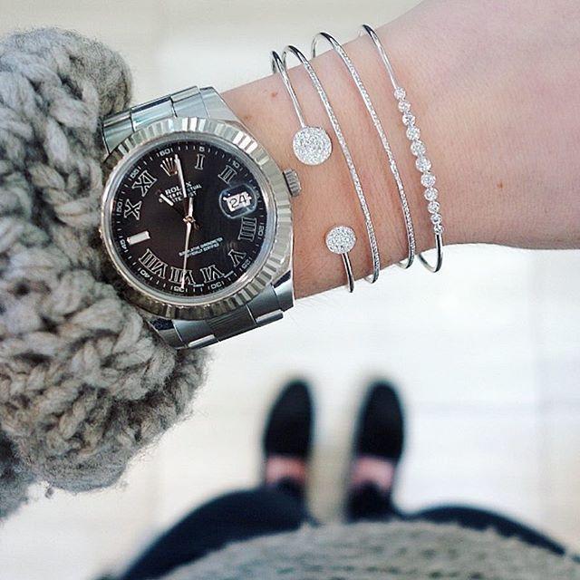 Love a chunky knit and a wrist full of EFC ♡♡♡ Xo, EF #efcollection #discbangle #doublebangle #bezelbangle #whitegold #stackemup