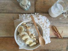 Met een kliekje rijst, maak je de volgende dag in een handomdraai een kokos rijstpap met banaan en cashewnoten.