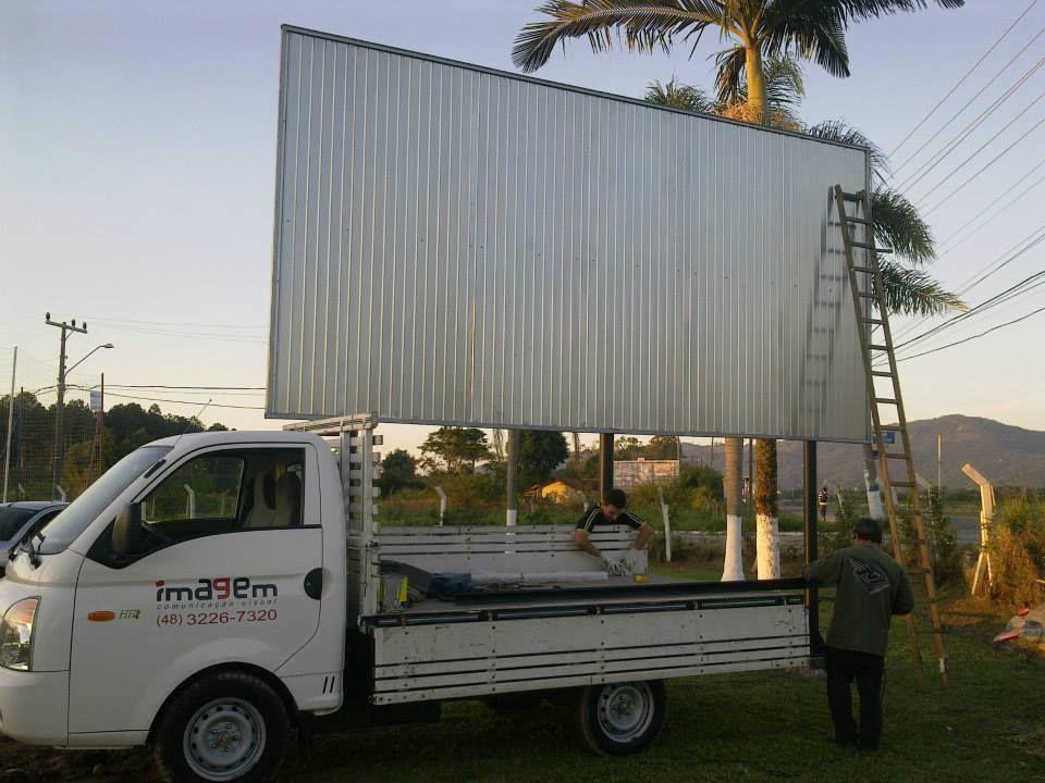 Caminhão da Imagem Comunicação Visual. Para o transporte, entrega e instalação de grandes projetos visuais.