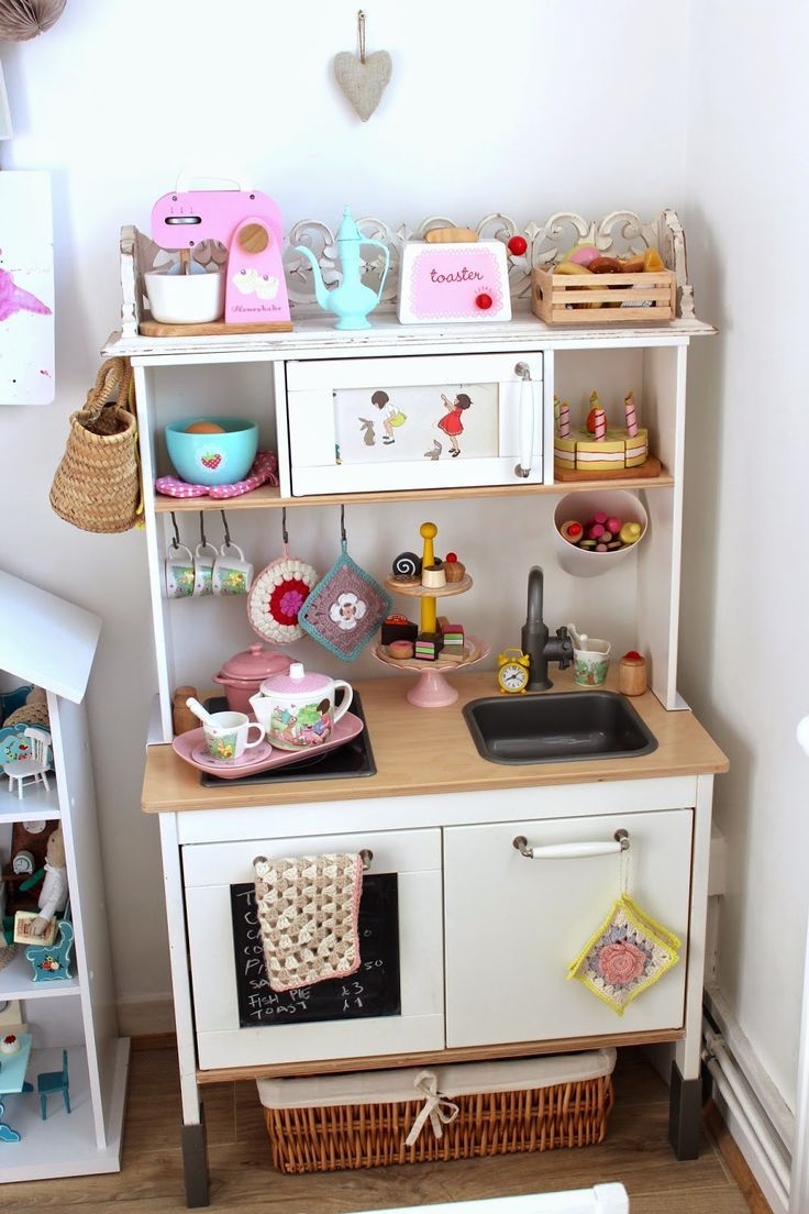 A Bookshelf Dollhouse For Miss G Deco Chambre Enfant Idee Deco