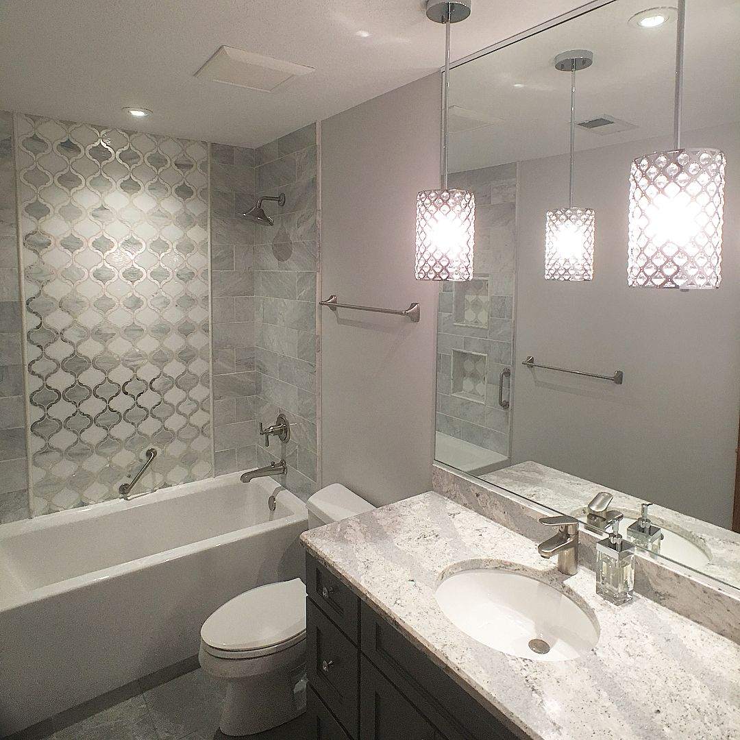 Stunning Crystal Pendant Lights In This Gray And White Marble Bathroom With Soaking Tub Crystalpendan White Marble Bathrooms Small Chandelier Bathroom Design
