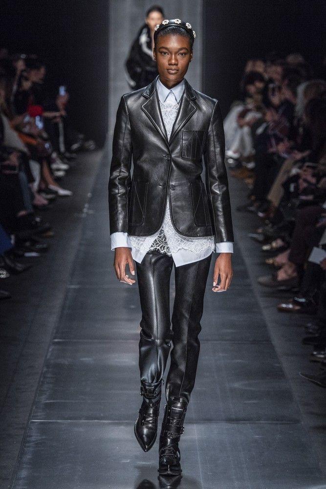 I pantaloni questo Inverno 2020 si portano negli stivali, tendenza dalle sfilate insegna