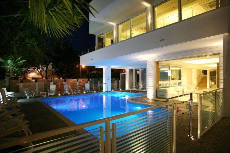 Foto notturna piscina hotel Fantasy Riccione 3 stelle