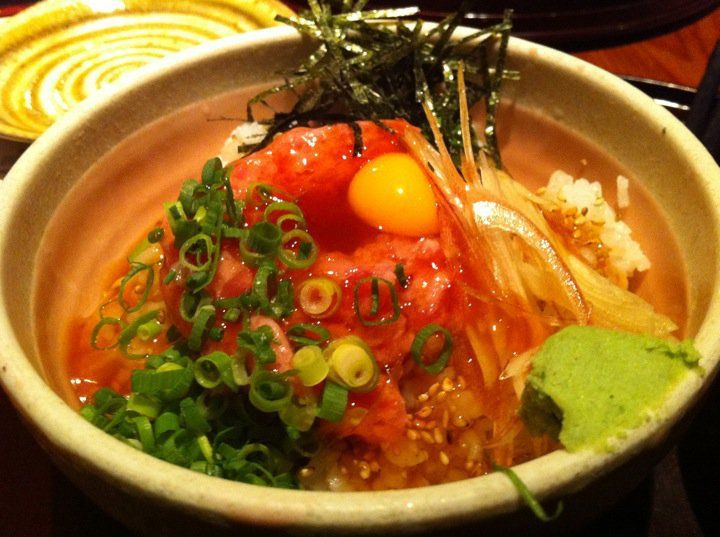 Tuna bowl with spring onion, egg, seaweed and vegetables
