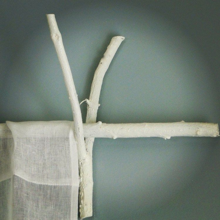 gardinenstangen selber machen aus zweigen in wei gestrichen ideen zum nachmachen. Black Bedroom Furniture Sets. Home Design Ideas