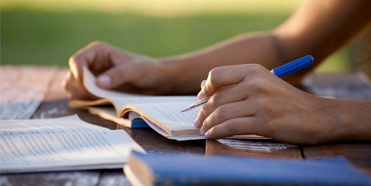 Escribir a mano beneficia nuestro cerebro