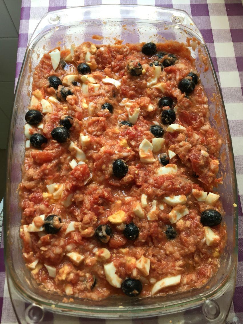 Mojete (atún, cebolleta, huevo duro, tomate entero de lata, aceitunas negras, sal y aceite de oliva).