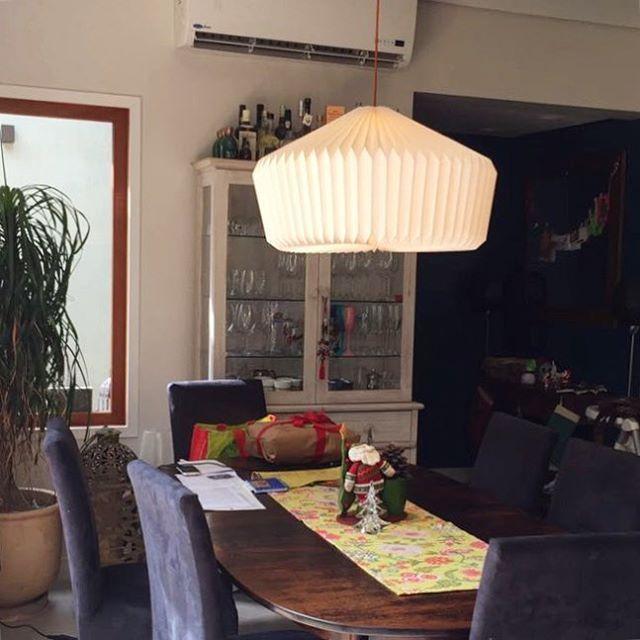 Nosso pendente Camélia na sala de jantar!!! ✨Obrigada por me enviar a foto Diana 😍Adorei!!! #iluminoo #saladejantar #decoração #pendentecamélia #homedecor #paperlamp #luminariasdepapeis