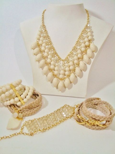 colar bijuteria e pulseiras