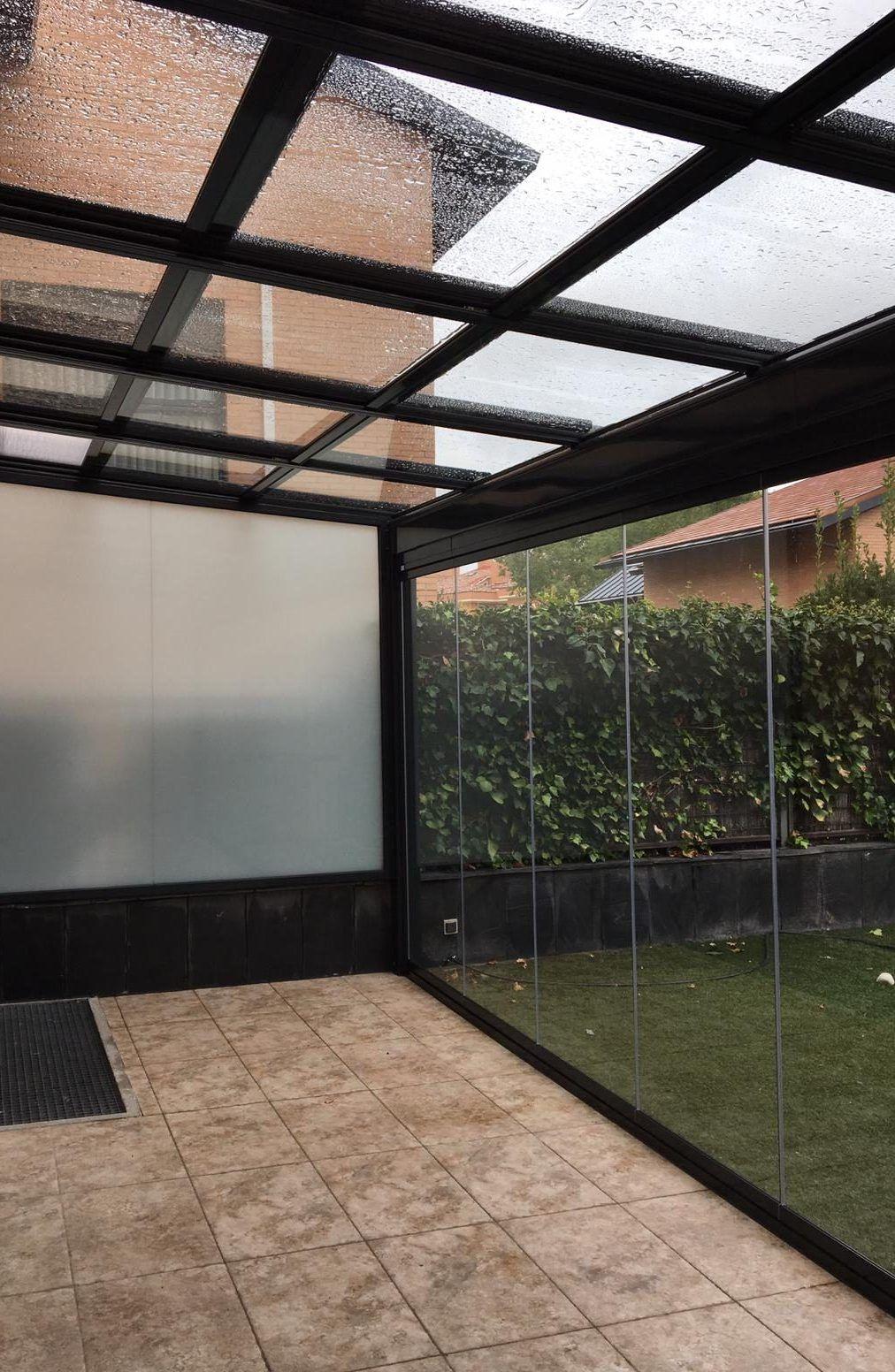 Cerramientos con techos móviles o fijos, ideales para porches o terrazas