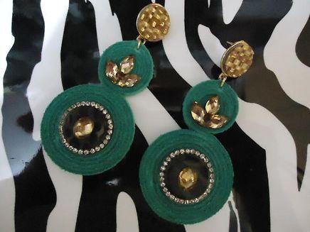 Maxi brinco feito em couro com aplicações de chaton e strass - Coleção Brasil Colorido