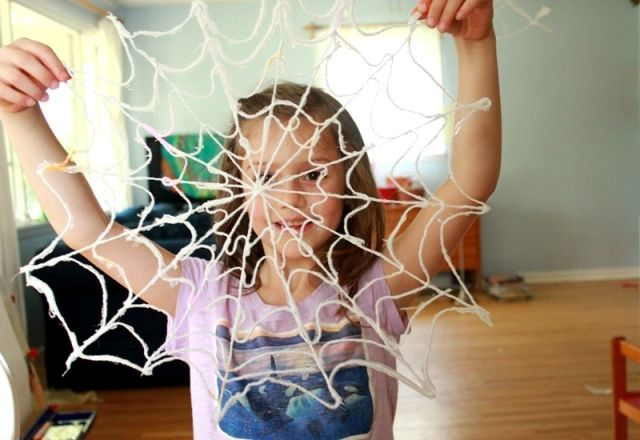 Scary spiderwebs. Fun craft for kids and adults alike. i think I've found the base to my Halloween decor!