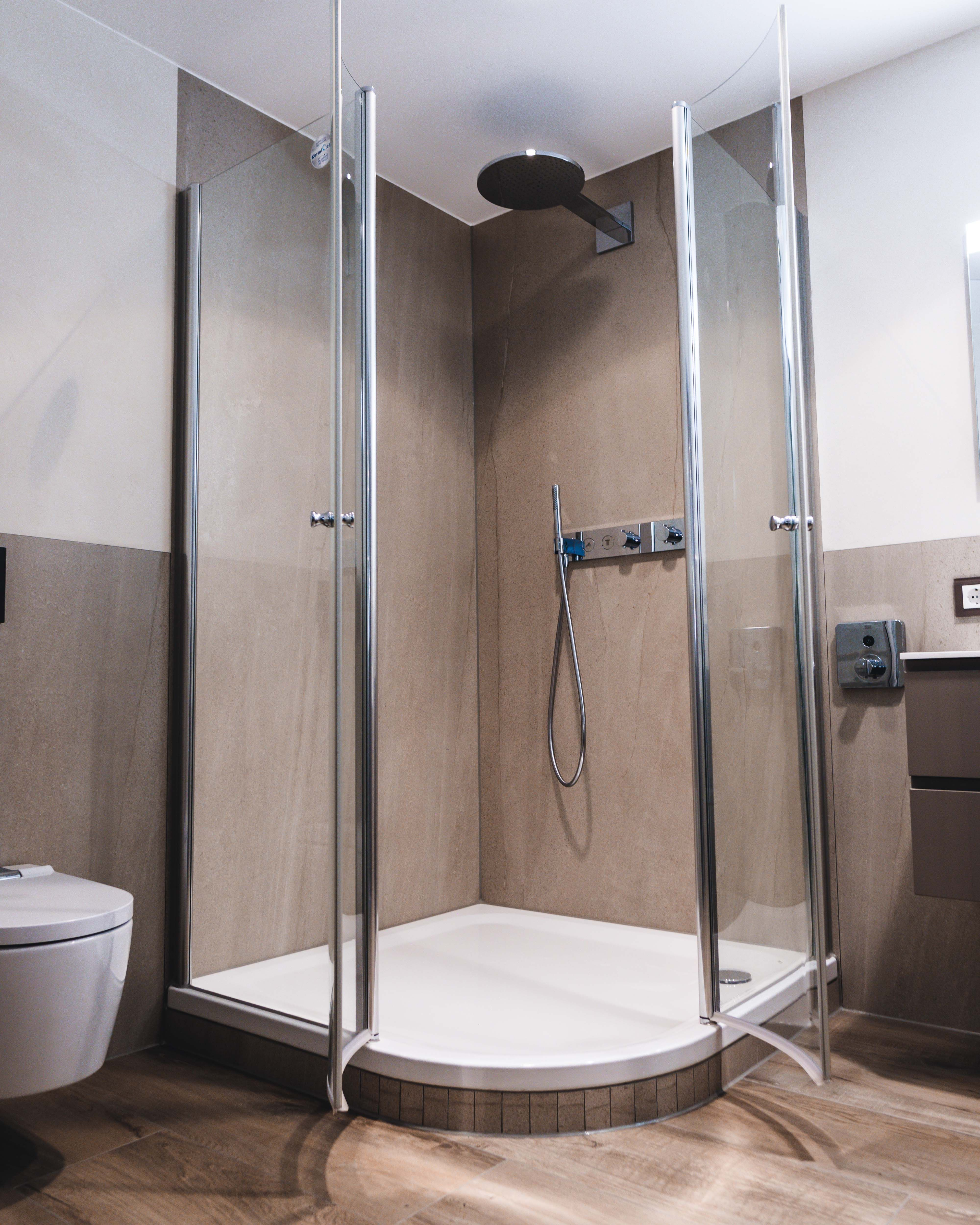 Die Gesamte Dusche Besteht Ausschliesslich Aus Zwei Fliesen Ein