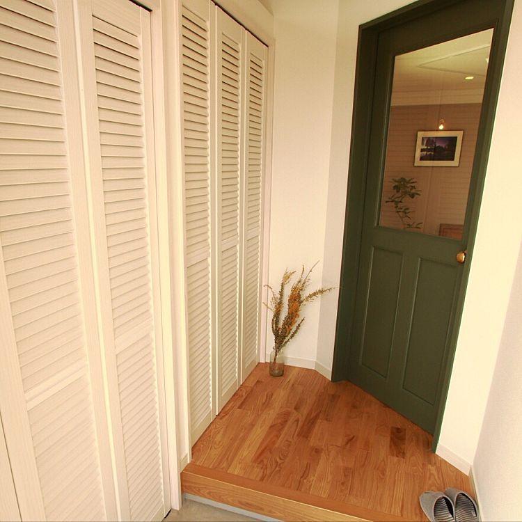 ピノアース ウッドワン ルーバー扉 玄関 入り口 モルタルの床 などの