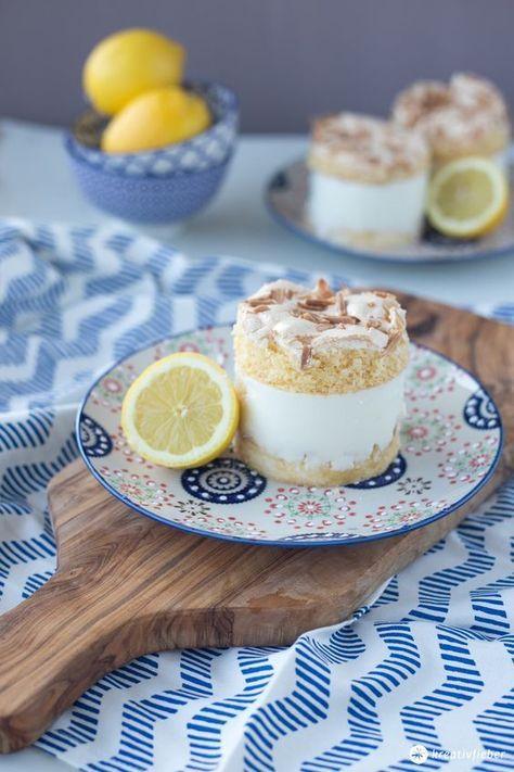 Baisertörtchen mit Zitronencreme - serviert sie als Sonntagskuchen oder als leckere frische Dessertidee. Biskuit, Baiser, frische Zitronen-Buttermilchcreme!