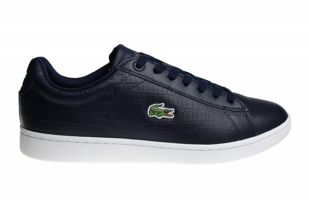 Exclusieve Lacoste Carnaby schoenen voor heren. Uitgebracht in het donkerblauw met wit en bronskleur. Deze Lacoste sneakers zijn gemaakt van leder.