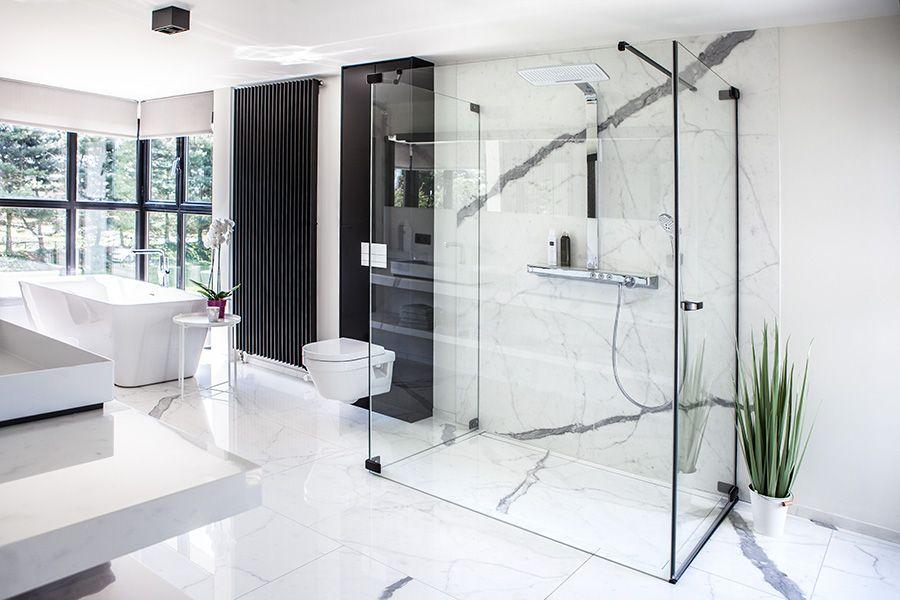 Prachtige design badkamer afgewerkt in carrara marmer | Design ...