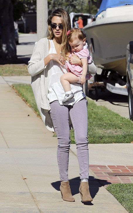 Enjoying the gorgeous afternoon weather, Jessica Alba and her daughter Haven were spotted out in Los Angeles this afternoon (October 25).