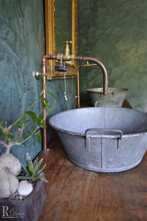 Des Vielles Bassines En Zinc Qui Font Office De Lavabo Salle De Bain Rustic Bathrooms Country Style Bathrooms Bathroom Styling
