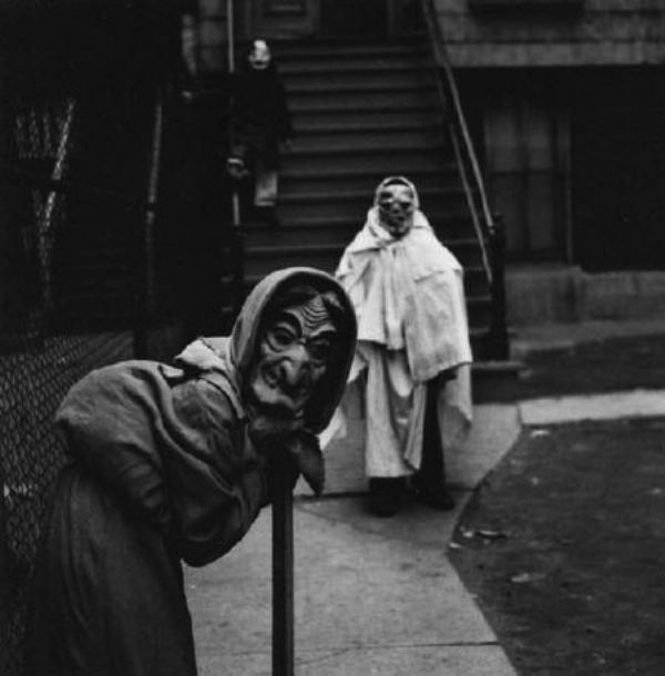 Old School Halloween Costumes That Were Truly Terrifying ( Photos