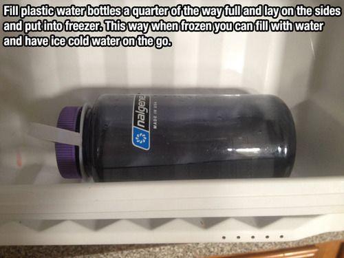 Échale hasta un cuarto de la capacidad de un contenedor de agua, túmbala en el congelador y wuala! al congelarse y luego llenarla de agua tendrás agua fría para llevar