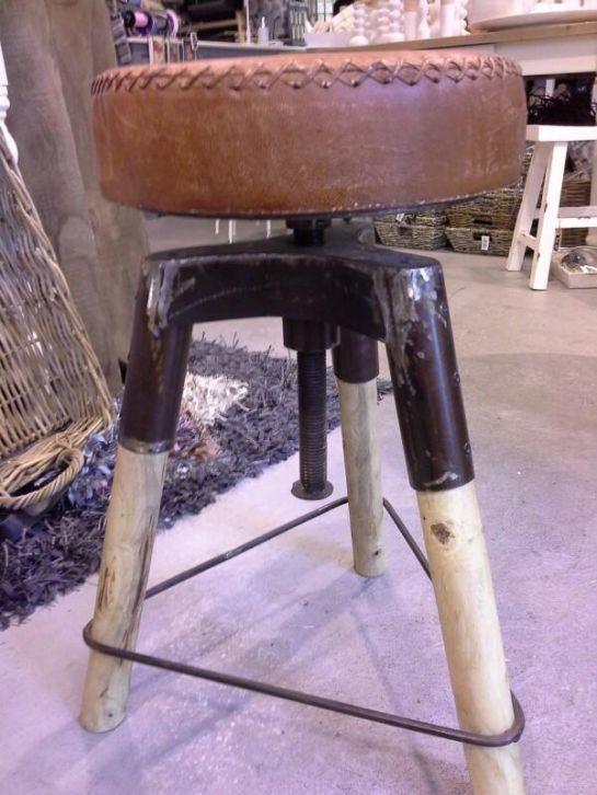 Industriële kruk met leer: http://link.marktplaats.nl/m927994475