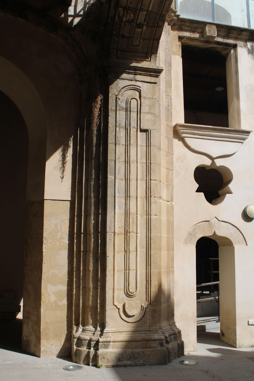 iglesia inacabada del Hospital de la Divina Providencia, en El Puerto de Santa María, columna ornamentada