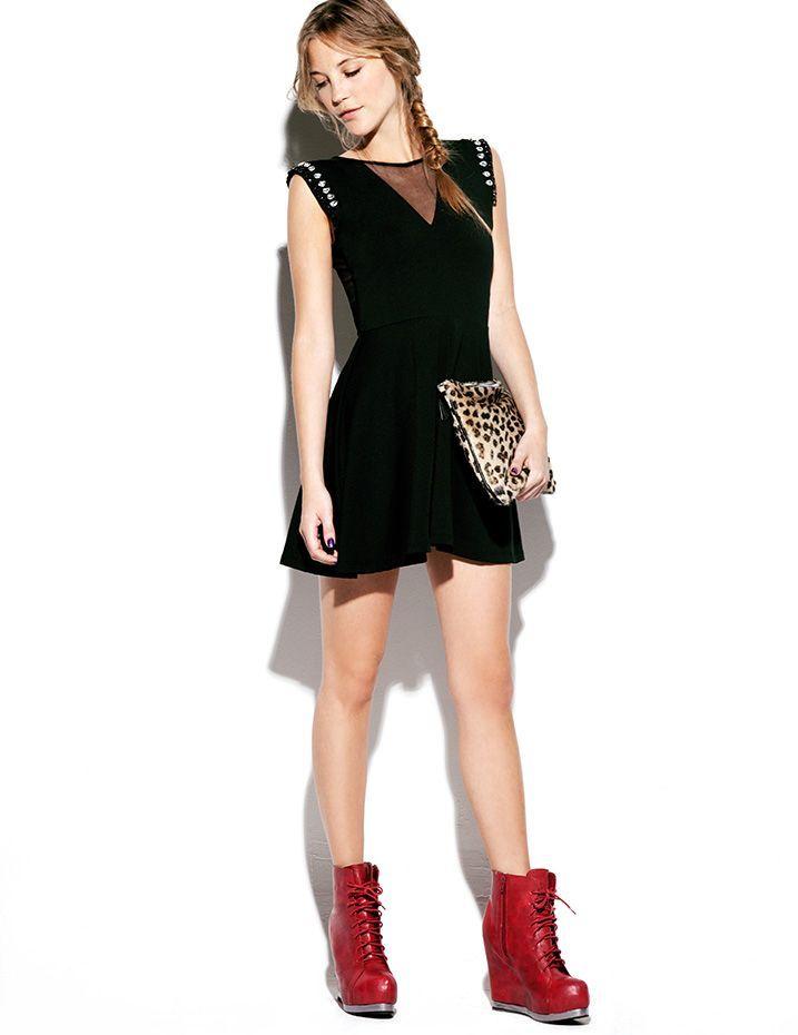 Mini vestido negro con detalle de transparencia en escote y apliques de  piedras en hombros. Sobre animal + plataformas acordonadas rojas. Muaa. 8a9694aa4eb4
