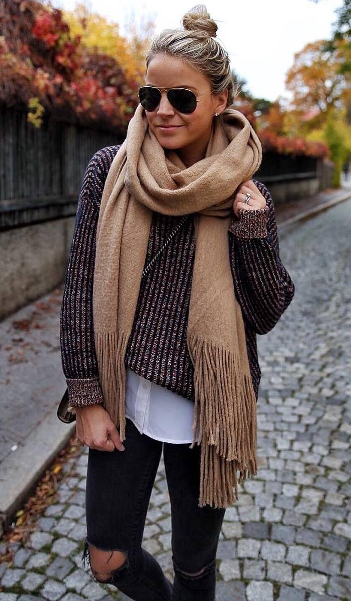 idee de tenue d automne confortable avec une echarpe nude pull marron tee shirt jean dechire