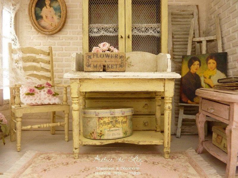 Miniature, Table de campagne Shabby chic, Toilette romantique, Jaune vanille, Mobilier pour maison de poupée à l'échelle 1/12 by AtelierMiniature on Etsy