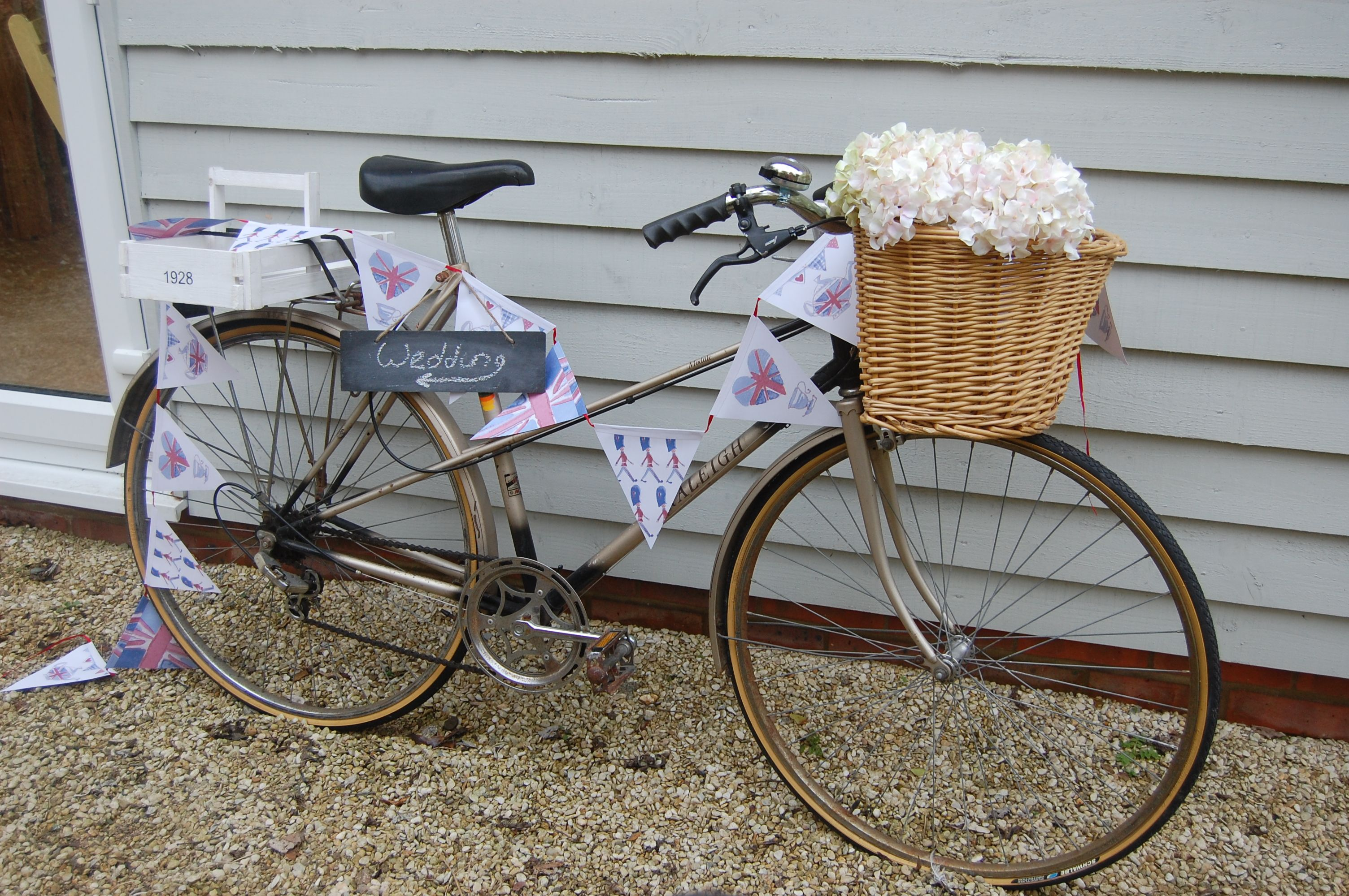Pretty Perfect Cakes -Vintage Bike to hire  http://www.prettyperfectcakes.com/gallery/vintage-china