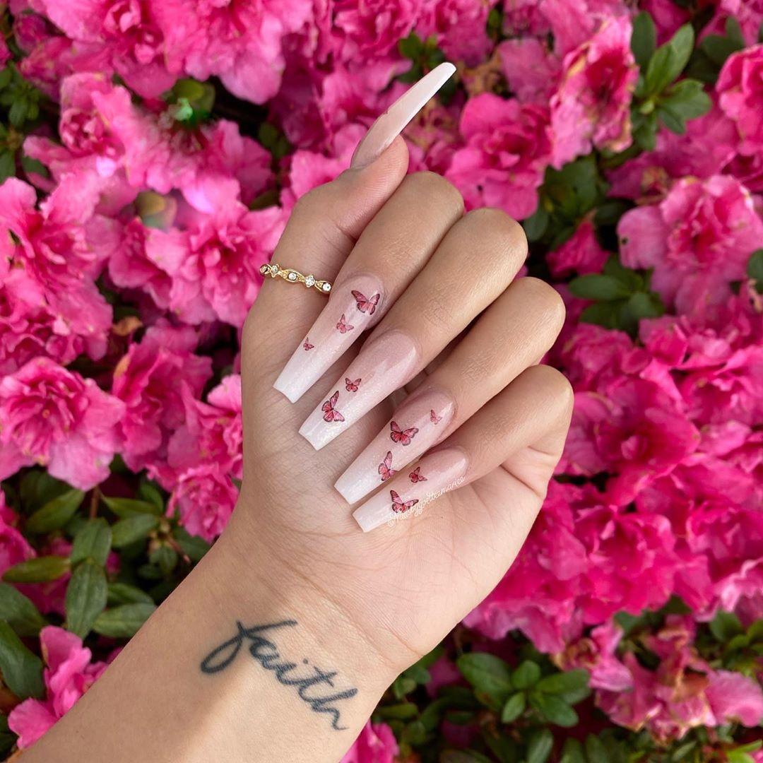 """Yvettee Mariee en Instagram: """"@glamandglits 🦋"""" Sepia """""""" Blanco lechoso """"Y una pizca de"""" Prima Ballerina """"✨🤍. . . . #justo en el clavo . #stilettonails # 559nails # nailsonpoint… """"  – Peinados facile"""