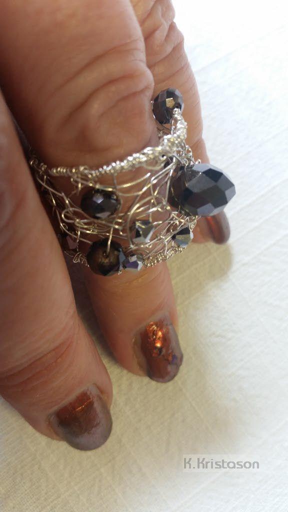 Ring aus gehäkeltem Draht mit Kristallperlen von K.Kristason ...