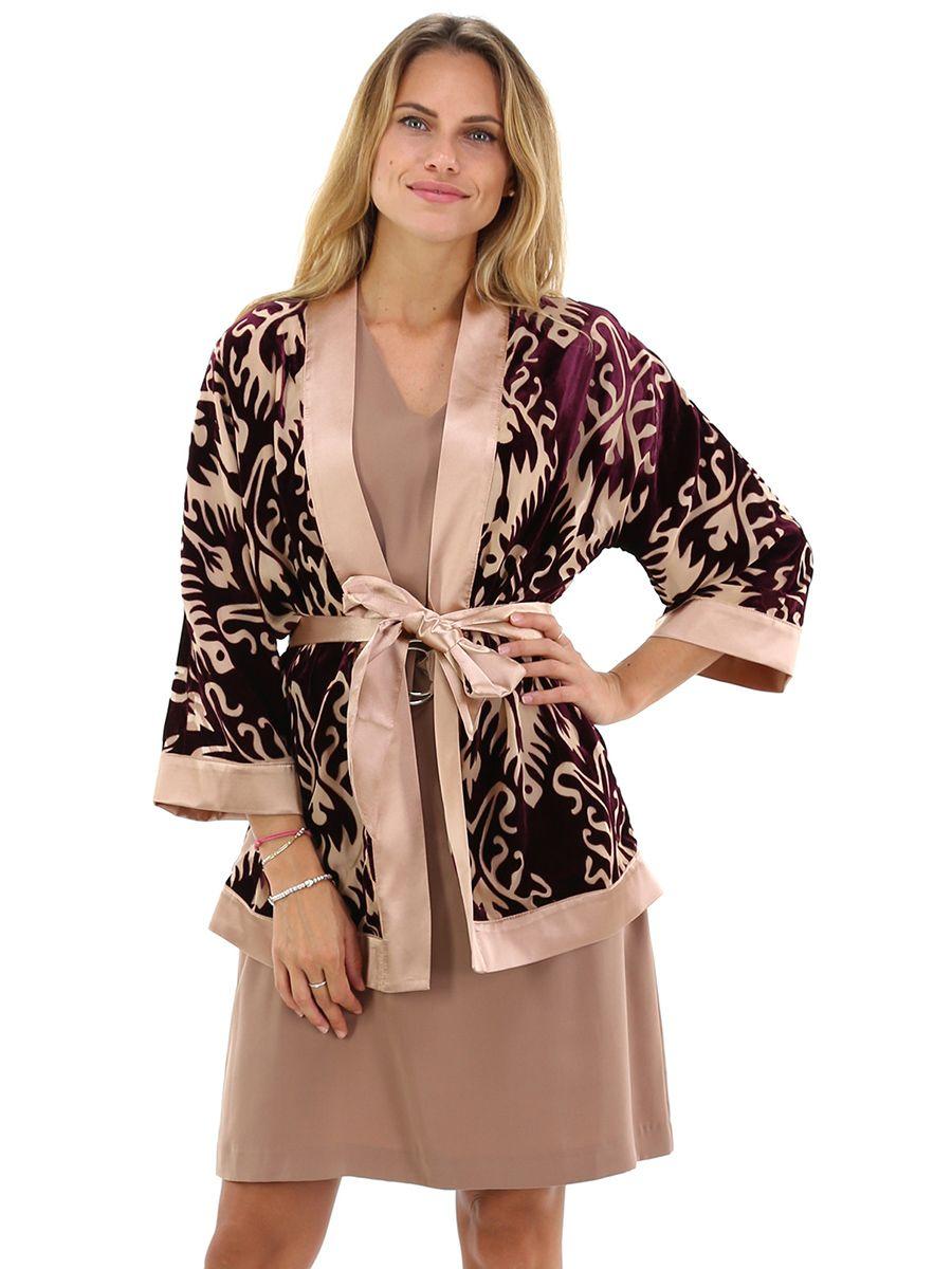 Kimono con maniche a tre quarti. fantasia barocca floccata con bordi a  contrasto in raso 22946fb8988